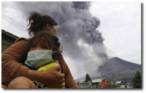 A woman and child flee the eruption at Sinabung in Indonesia.  (Source - Indonesian language)